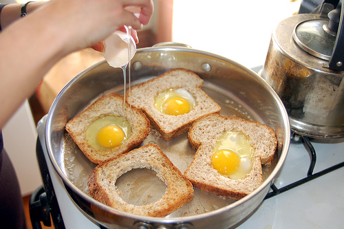 Making_eggs_in_basket